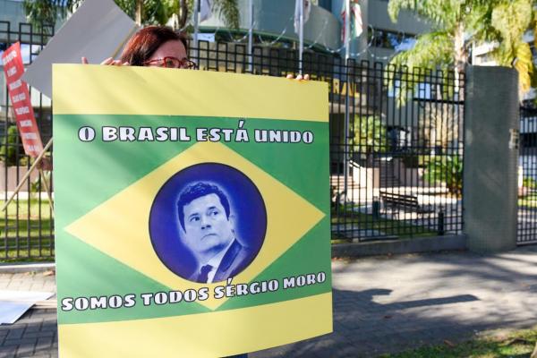 Manifestantes se reúnem na Justiça Federal em defesa da Lava Jato e em apoio a Sergio Moro