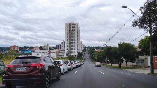Fila para vacinação em drive-thru do Boa Vista tem mais de 5 quilômetros