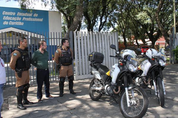 Polícia em frente de escola no Boqueirão