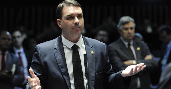 """Flavio Bolsonaro: inquérito pretende  apurar a devolução de salários por funcionários, prática conhecida como 'rachadinha'."""""""