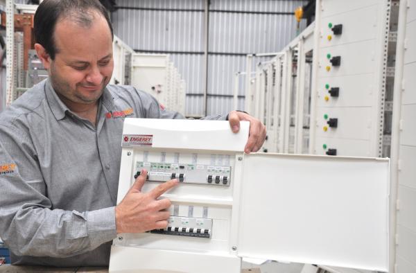 """Engenheiro Eletricista Fábio Amaral mostra DR em quadro elétrico:""""gambiarras"""" e acidentes com carregadores de celulares são comuns"""