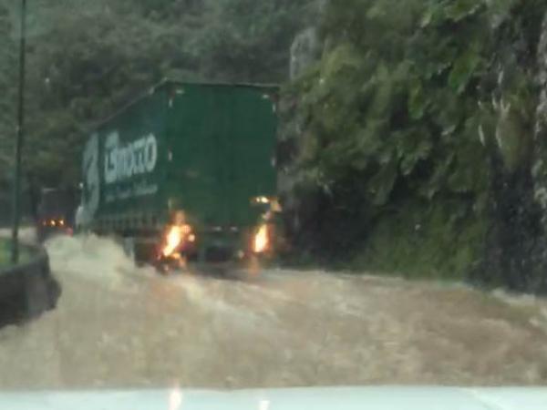 """O """"rio"""" na Serra do Rio do Rastro, em SC"""