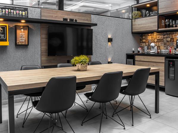 O MDF com padrão madeirado e o metal com pintura epóxi preta foram escolhidos para compor com o cinza das paredes