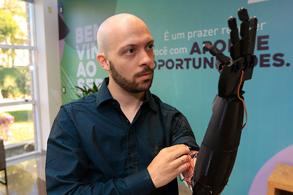 Andrey Hertel é estudante de engenharia eletrônica: prótese tem movimento é é impressa em 3D