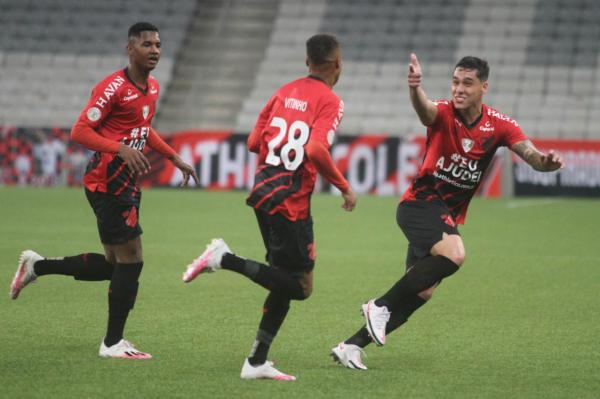 Jogadores do Athletico comemoram o primeiro gol