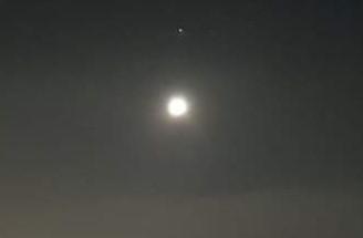 Júpiter aparece desde o começo do mês pouco acima da lua