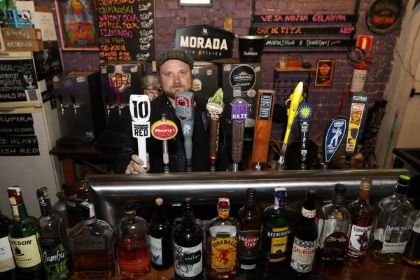 """Jackson Friesen se divide entre a faculdade, o estágio e o trabalho em um bar: """"Não é fácil, mas necessário"""""""