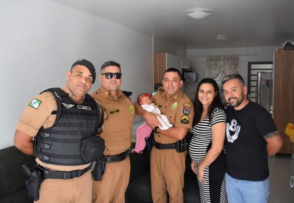 Policiais estavam em São José dos Pinhais, indo para Curitiba, para buscar uma viatura, quando encontraram um homem desesperado, dizendo que sua esposa estava dando a luz