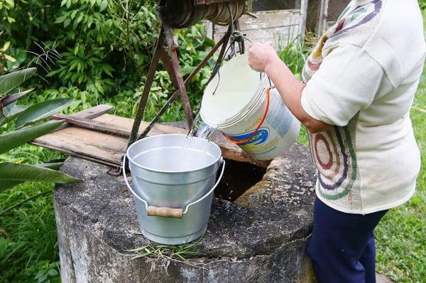 Poços caseiros não são raros na periferia: água do jeito antigo