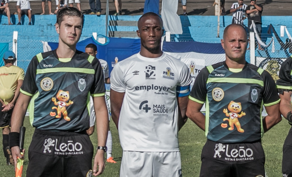 Hurtado (com camisa branca) antes de enfrentar o Paraná Clube, no Paranaense 2020