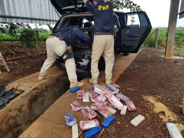 Policiais Rodoviários Federais examinam o carro e encontram os tabletes de maconha