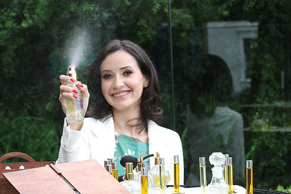 Perfumista Angélica Flores: formação na França em aromaterapia e perfumaria natural e orgânica