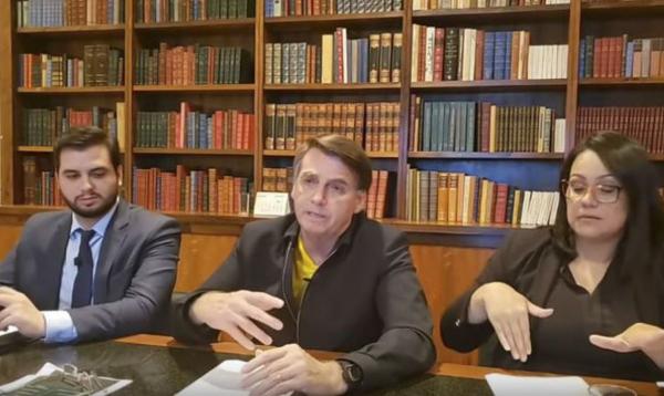 Bolsonaro (ao centro), na live desta quinta-feira