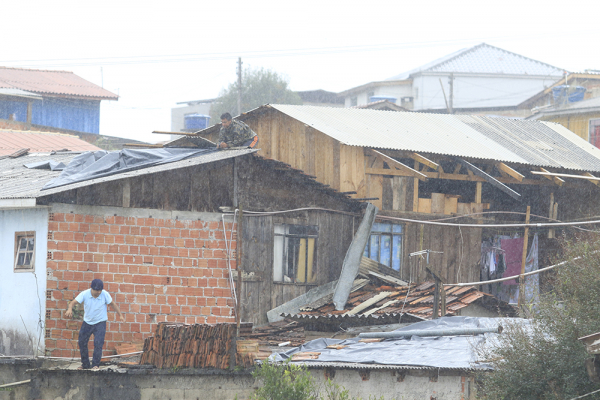 Casa atingida pela forte chuva na periferia de Curitiba