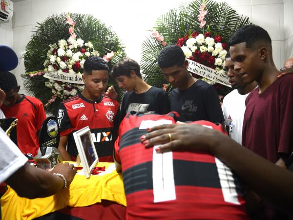 Sepultamento do corpo do goleiro do Flamengo, Christian Esmério, de 15 anos, no Cemitério de Irajá