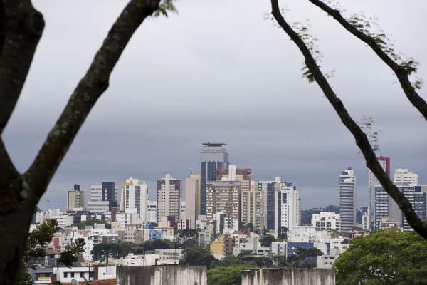 Curitiba terá fim de semana com muitas nuvens, mas sem chuva
