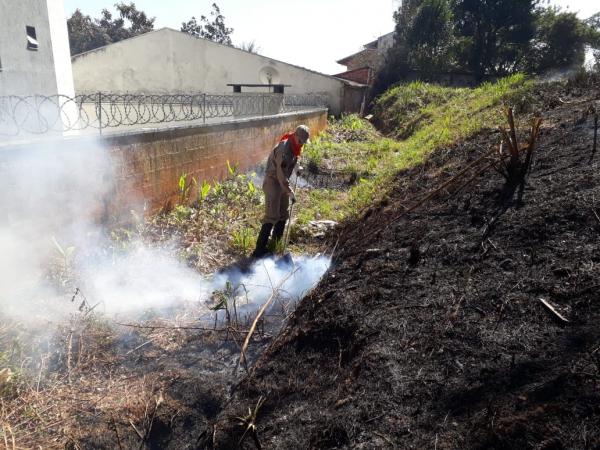 Bombeiros controlam incêndio em vegetação; Raposo Tavares é tomada pela fumaça