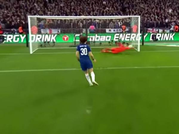 David Luiz cobra pênalti e acerta a trave de Ederson