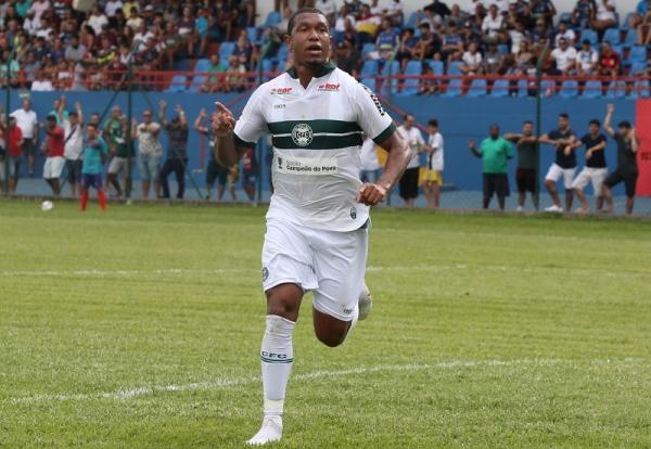 Rodrigão comemora gol no jogo em Cianorte