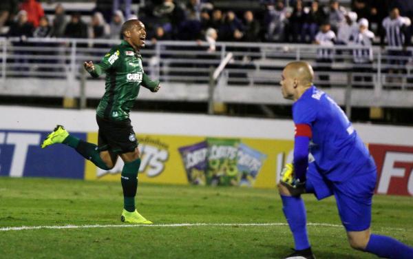 Rodrigão comemora gol contra o Bragantino