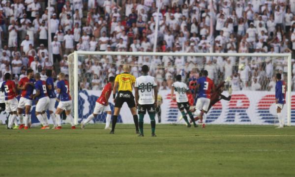 Thiago Lopes manda a bola no ângulo, em cobrança de falta: gol