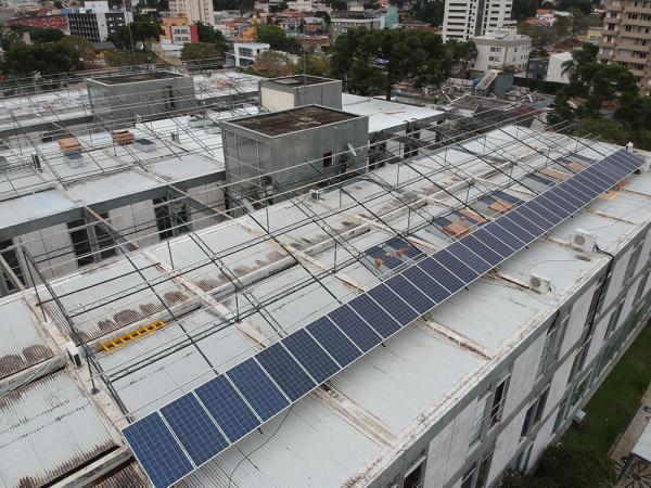 Painéis solares no telhado da Prefeitura: eficiência energética