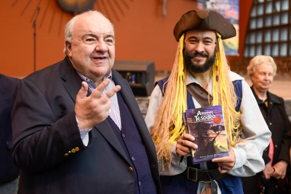 O pesquisador Marcos Juliano fez a apresentação vestido como um pirata