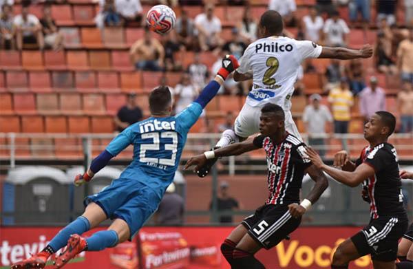 Luiz Felipe cabeceia e marca o primeiro gol do Santos