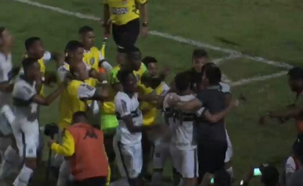 Jogadores do Coritiba comemoram gol