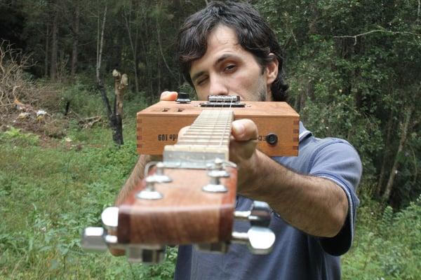 José Cechin e um dos instrumentos produzidos por ele: já fez cerca de 50