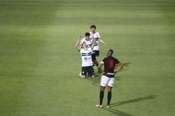 Coritiba faz gol cedo e vence o Atlético-GO no duelo dos 'sem técnicos'