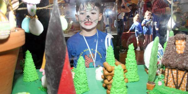 Casinhas feitas de bolachas: exposição apresenta a Páscoa das etnias de Curitiba