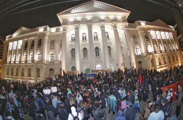 Protesto contra o racismo na praça Santos Andrade, nesta segunda-feira
