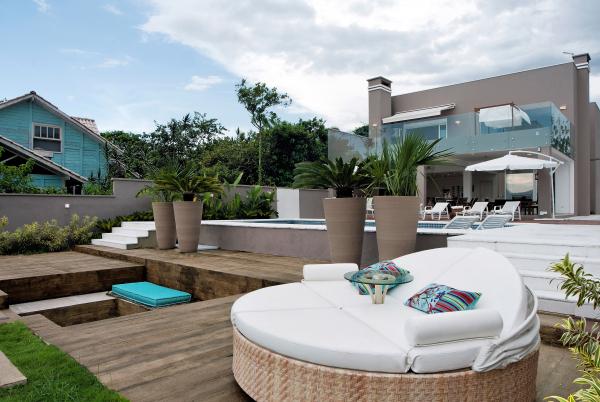 Lounge ao ar livre é a proposta deste projeto assinado por Daniela Barranco. A arquiteta valoriza o ambiente externo do imóvel, que leva a uma pequena faixa de areia e ao mar