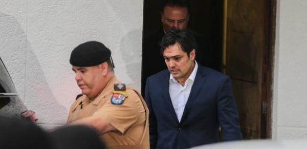 Carli Filho deixa a sessão do júri popular