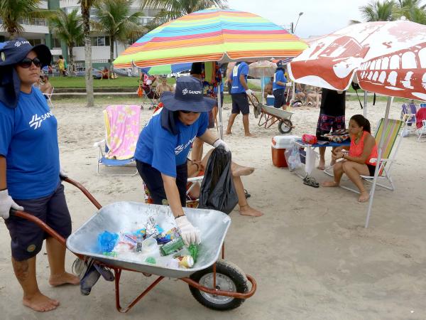 Em dois meses de temporada, a empresa já retirou das areias 570 toneladas de resíduos dos tipos mais diversos