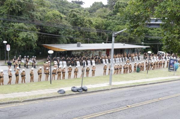 Após ocupação da Assembleia por manifestantes, votação foi transferida para Ópera de Arame, com esquema de segurança reforçado
