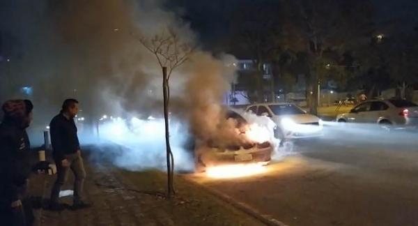 O carro em chamas em frente ao Gaeco