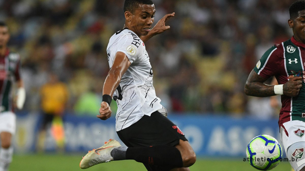 Madson chuta para marcar o primeiro gol do Athletico na 'sintética' do Maracanã