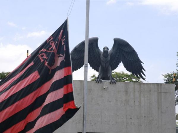 Bandeira do Flamengo hasteada a meio mastro no Ninho do Urubu