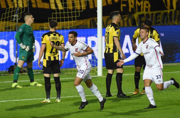 Com golaços, Athletico vence o Peñarol, amplia 'freguesia' e fica perto da final