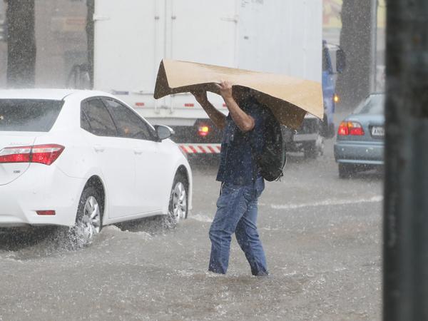 Na quinta-feira, um temporal alagou diversas ruas da Capital