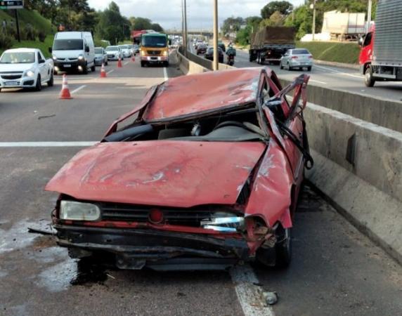 Capotamento deixa três pessoas feridas e interdita parcialmente a BR-116 em Curitiba