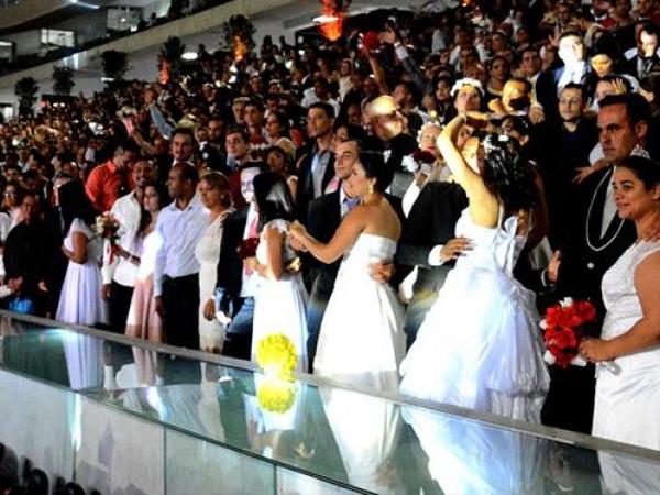 Foto do casamento coletivo realizado em 2018, na Arena da Baixada