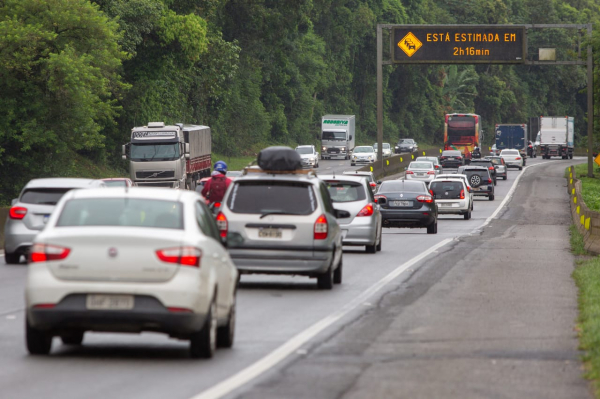 Trânsito lento nas estradas de Santa Catarina para Curitiba