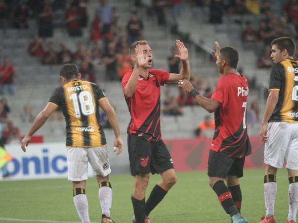 Marco Rúben comemora com Rony o primeiro gol do Athletico sobre o Guaraní