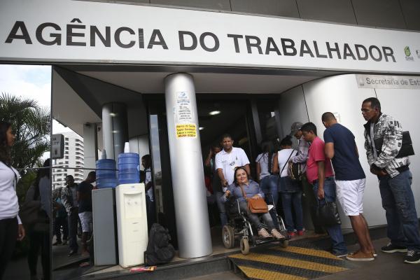 Agência de emprego: crise fez crescer o número de brasileiros que concluíram a faculdade, mas que hoje ocupam funções que não exigem formação superior.