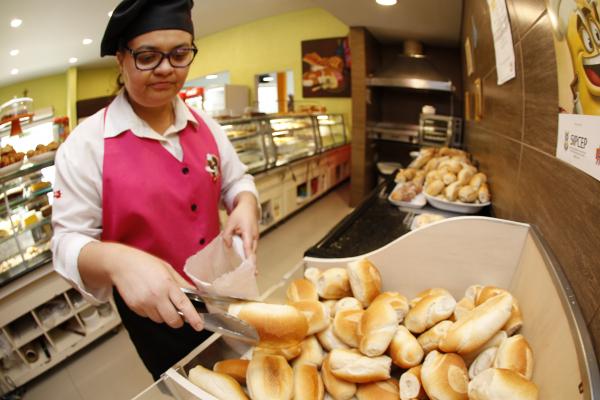 Pãozinho francês em destaque no Dia do Pão: 22,5% mais barato hoje