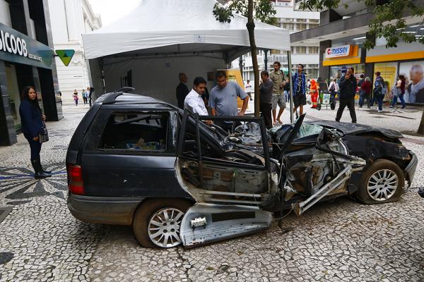 Veículo acidentado em exposição na Rua XV: mês de conscientização