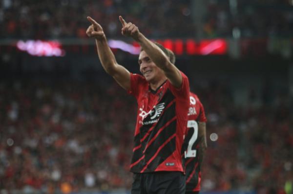 Marco Ruben comemora gol contra o Boca Juniors, na Arena